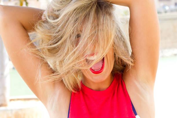 Jeune femme sur une chaude journée - Photo