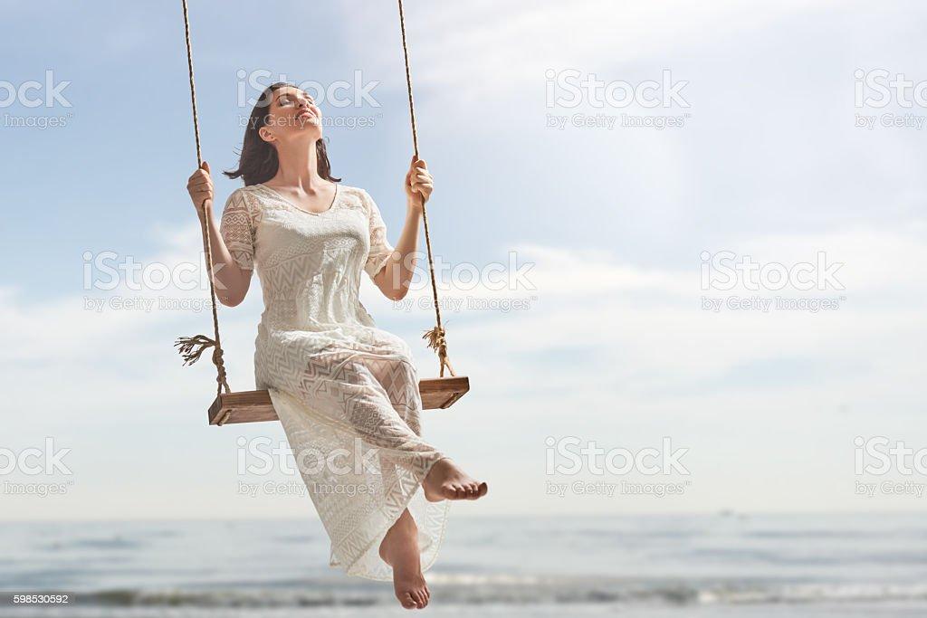 Giovane donna su un Altalena - foto stock