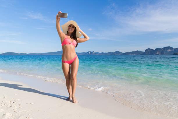 junge frau am strand machen selfie foto auf handy sommerurlaub, schöne mädchen meer - schönen abend bilder stock-fotos und bilder