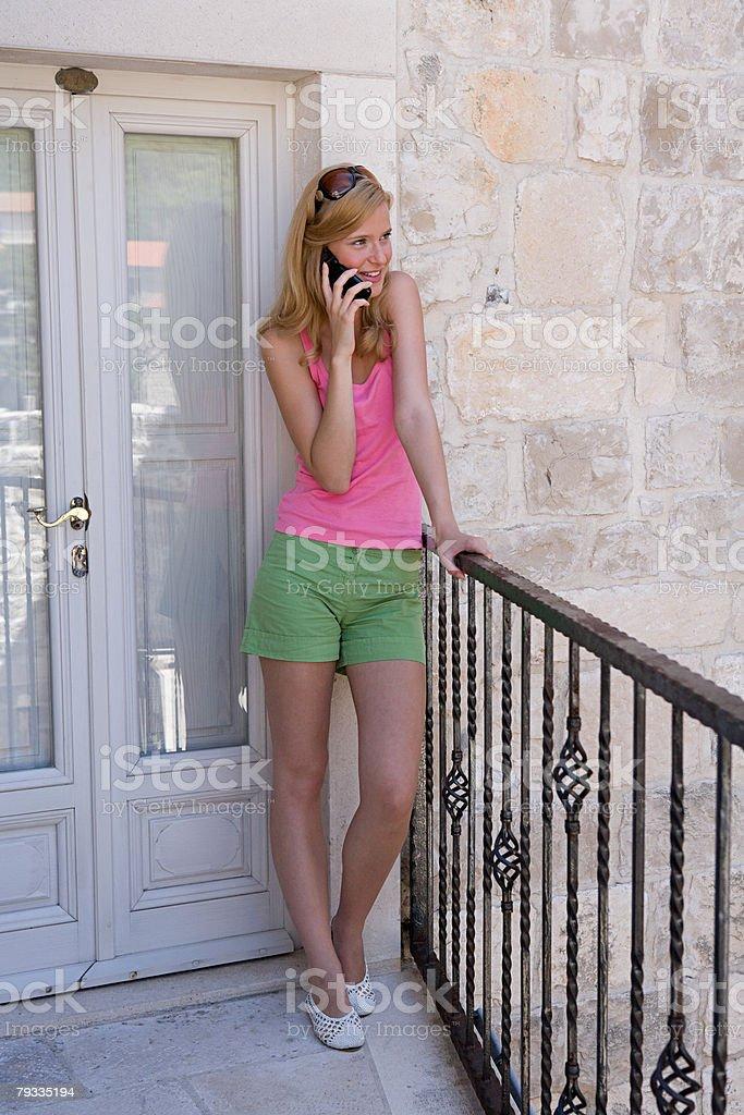 젊은 여자 on 휴대폰 royalty-free 스톡 사진