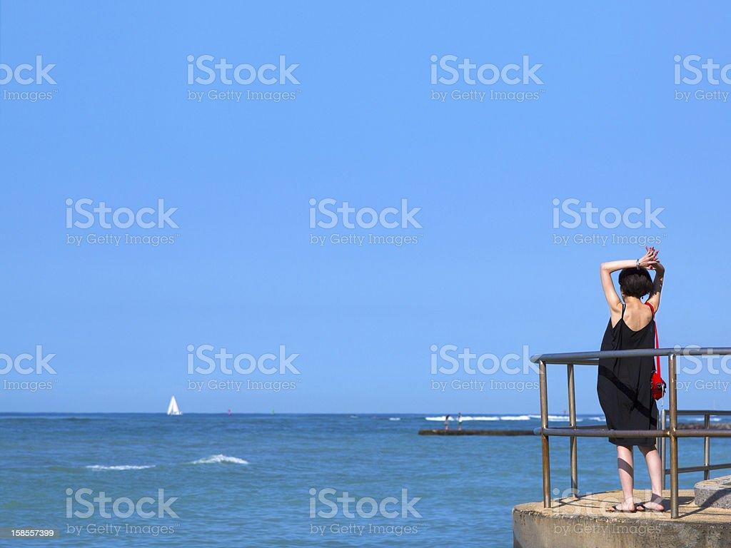 젊은 여자 on 돌제 관찰 바다빛 및 bluesky royalty-free 스톡 사진