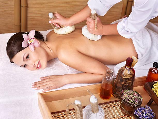 Junge Frau auf Massagetisch im beauty spa. Serie. – Foto