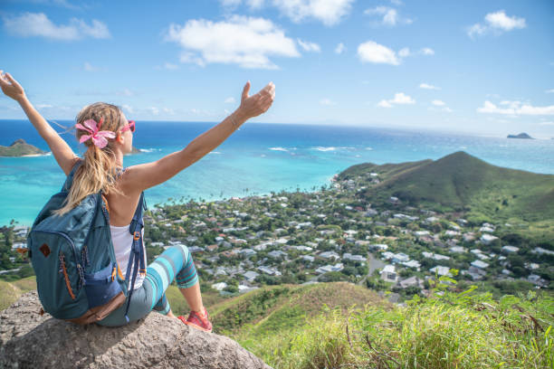 Junge Frau auf Bergspitze mit Blick auf die Meeresarme weit geöffnet, Oahu, Hawaii, USA – Foto