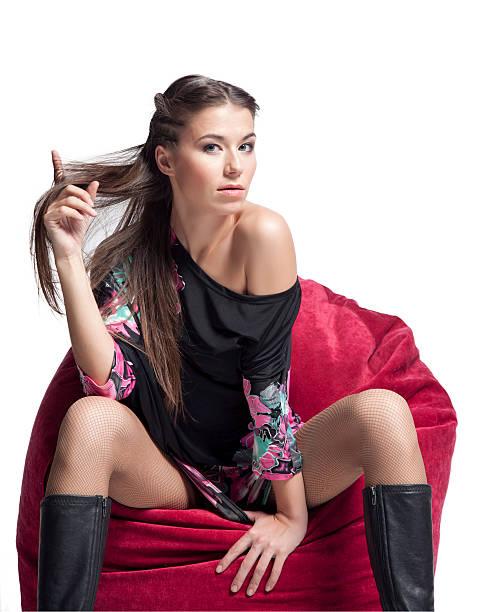 junge frau auf sofa - enge kleider stock-fotos und bilder