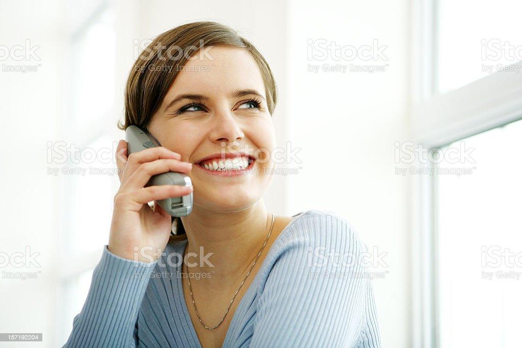 Junge Frau am Telefon – Foto