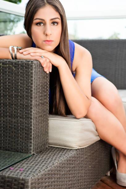 junge frau auf sofa - canda armband stock-fotos und bilder