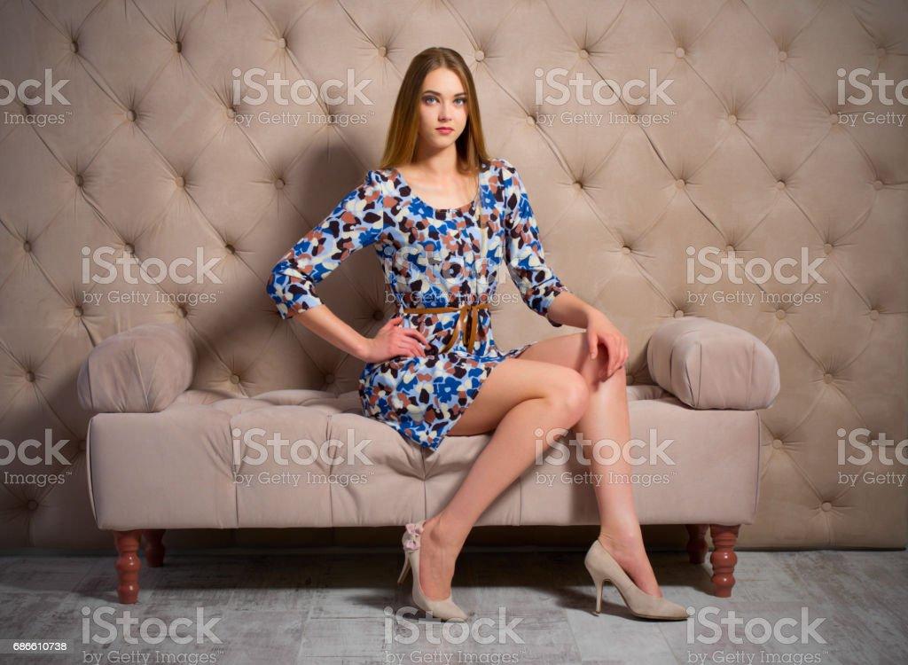 Jeune femme sur un canapé photo libre de droits