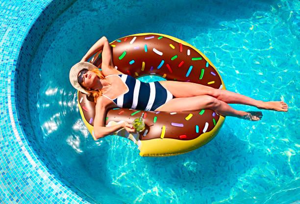 ung kvinna på sommaren poolparty - flotte bildbanksfoton och bilder