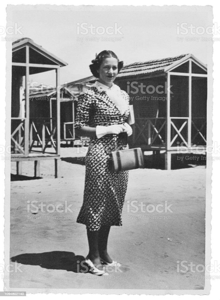 1938 年にビーチで若い女性黒と白 - 1930~1939年のストックフォトや ...