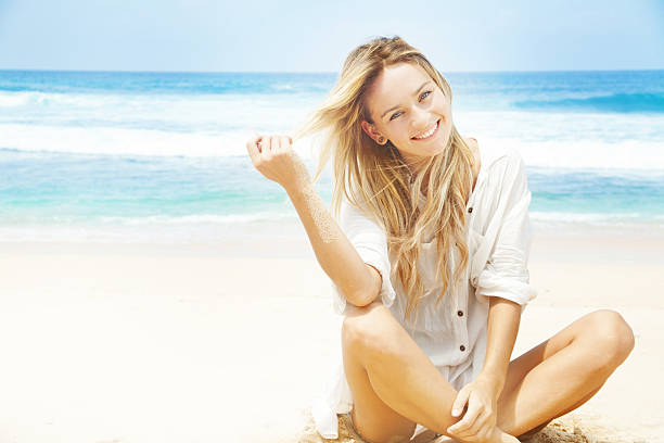 Junge Frau am Strand – Foto