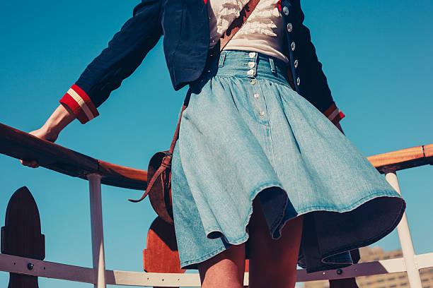 młoda kobieta na pokładzie statku z spódnica dmuchać - spódnica zdjęcia i obrazy z banku zdjęć