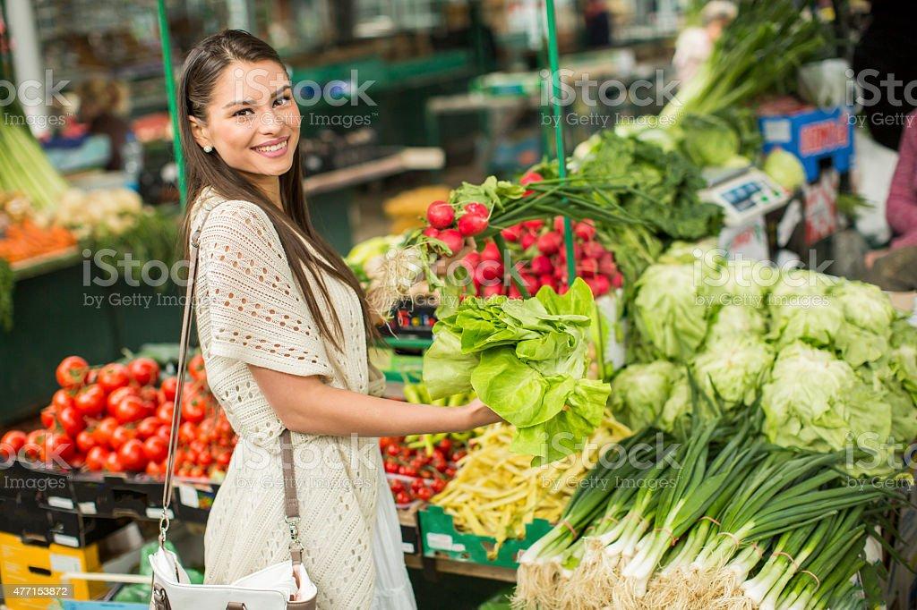 Mujer joven en el mercado - foto de stock
