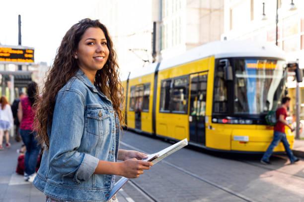 Junge Frau unterwegs in Berlin - Deutschland während der Sommerferien – Foto
