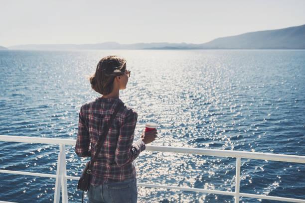 jonge vrouw op vakantie - veerboot stockfoto's en -beelden
