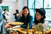 2 若い女性がカフェで料理を注文