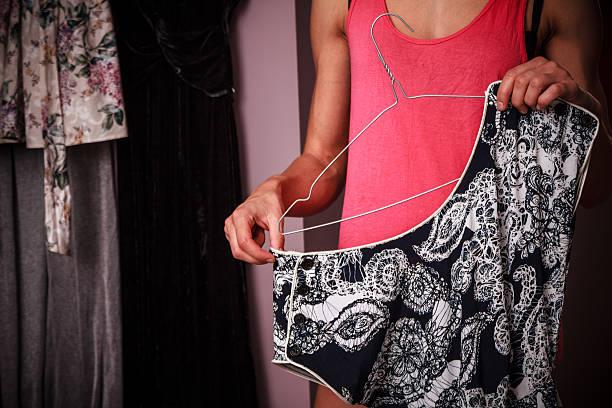 junge frau organisation ihrer kleidung wie zu hause fühlen. - bügelsysteme stock-fotos und bilder