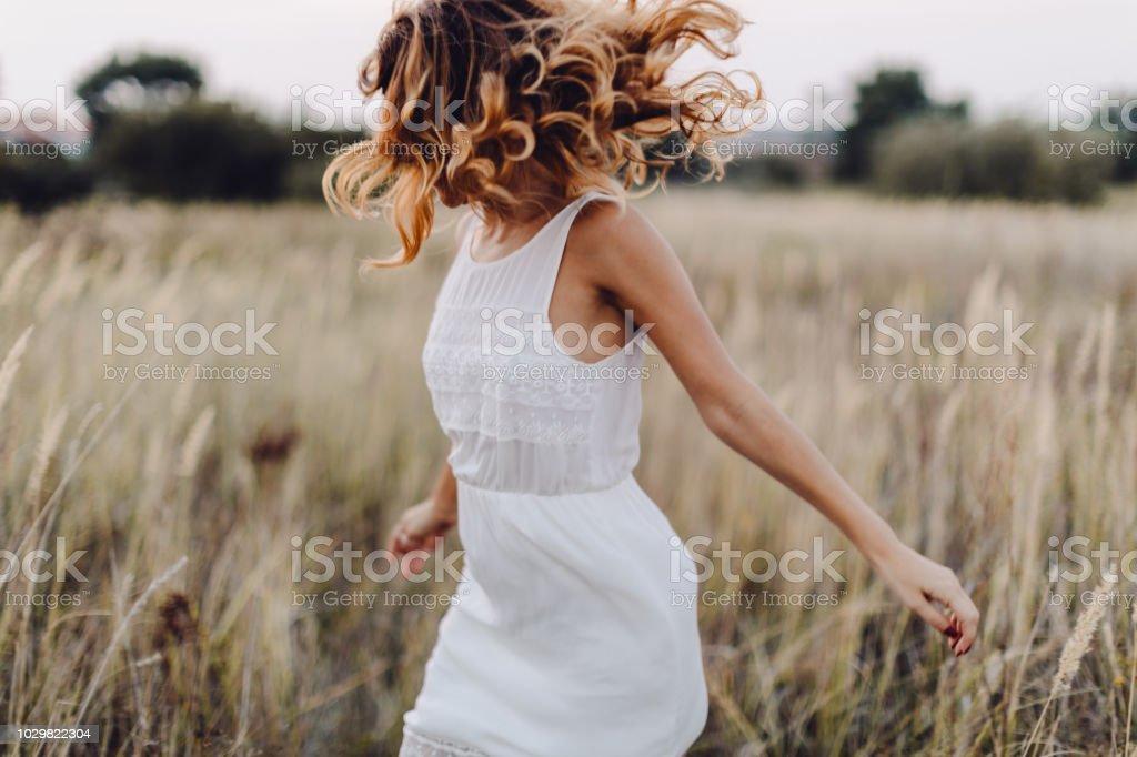 Junge Frau im Freien, den Sonnenuntergang genießen – Foto