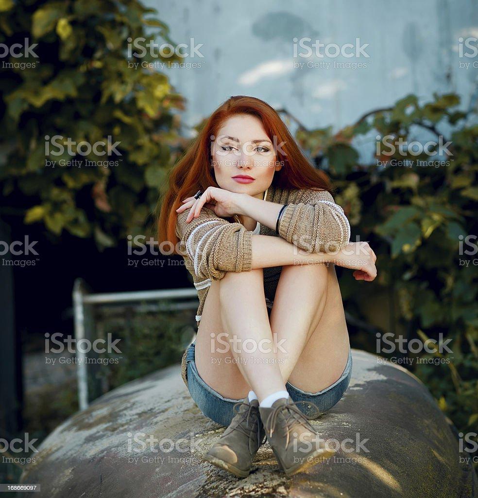 Junge Frau im Freien Porträt. Weiche sonnige Farben – Foto
