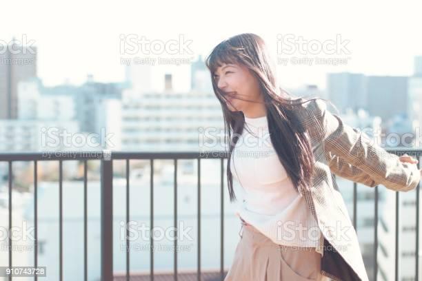 Young woman outside on sunny winter day picture id910743728?b=1&k=6&m=910743728&s=612x612&h=w3pd0nnntcqrekhqsmia9nwq 3psn5gaoeosiruxjpi=