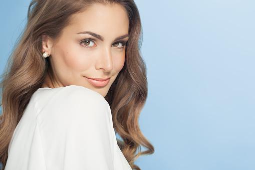 젊은 여자 블루 20-24세에 대한 스톡 사진 및 기타 이미지