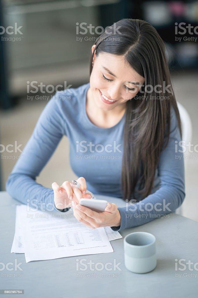 Young woman paying the bills Стоковые фото Стоковая фотография