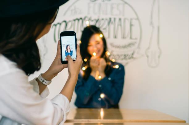 若い女性が若い女性を保持している点灯 led ライトで明るい部屋を撮影 - facebook ストックフォトと画像