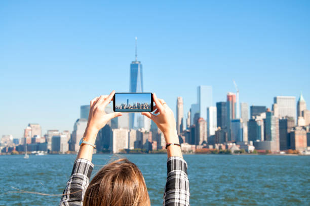 Jeune femme photographier les toits de la ville de New York - Photo