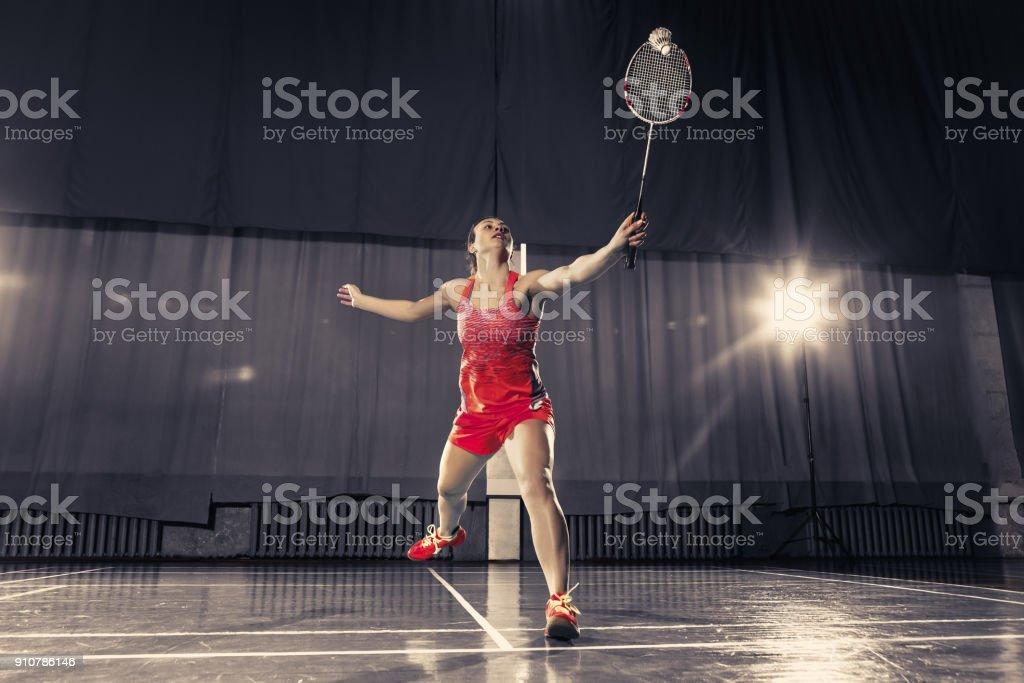 体育館でバドミントンを演奏若い女性 ストックフォト