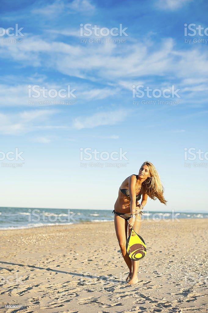 Giovane donna, giocare a tennis sulla spiaggia - foto stock