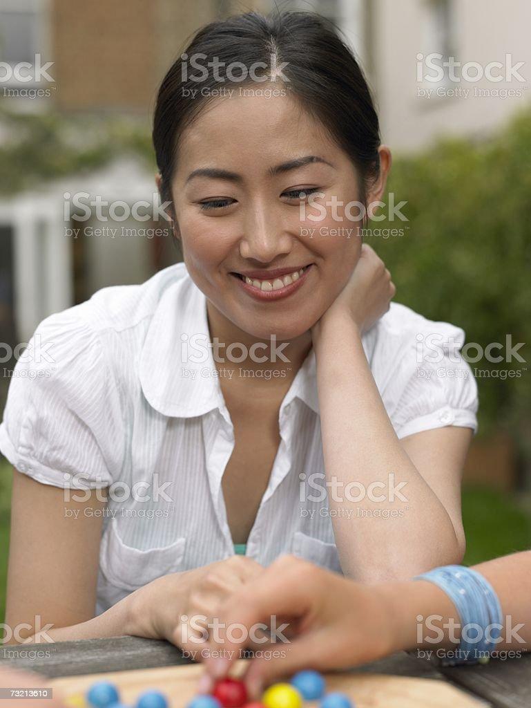 Mujer joven jugando juegos foto de stock libre de derechos