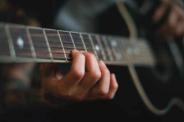 Junge Frau Gitarre spielen hautnah – Foto