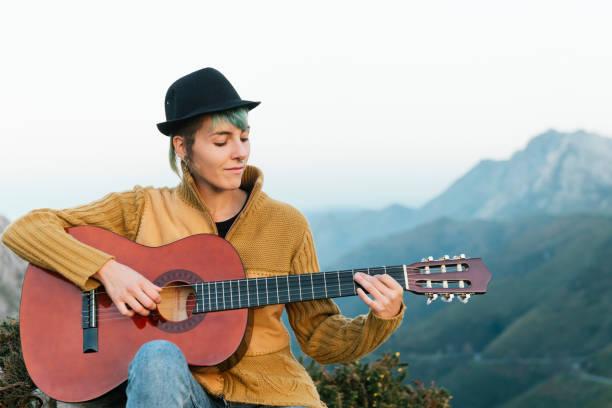 ung kvinna spelar gitarr i bergen - happy indie pop bildbanksfoton och bilder