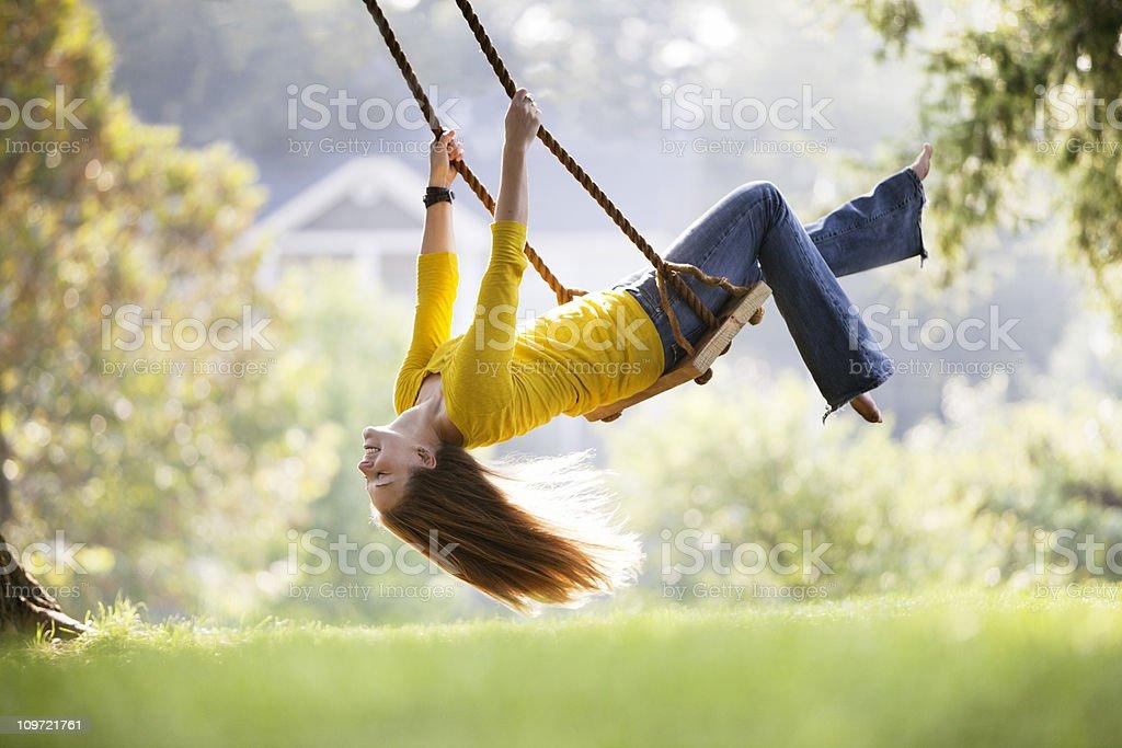 Junge Frau spielt auf einer Schaukel – Foto