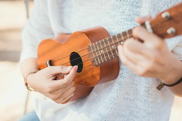 Young woman playing on Ukulele – Foto