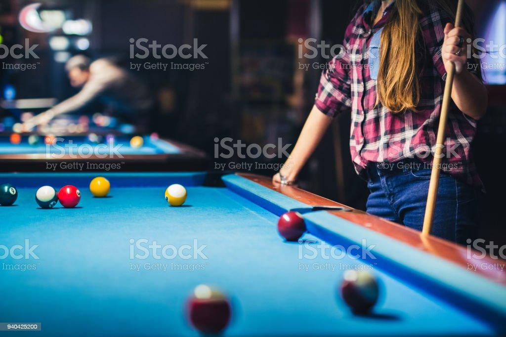 Junge Frau spielt pool  – Foto