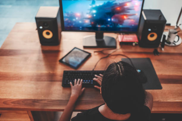 Junge Frau, die Videospiele spielen am Computer zu Hause – Foto