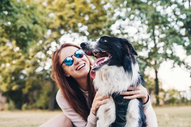 Junge Frau spielt mit einem Hund im Freien – Foto