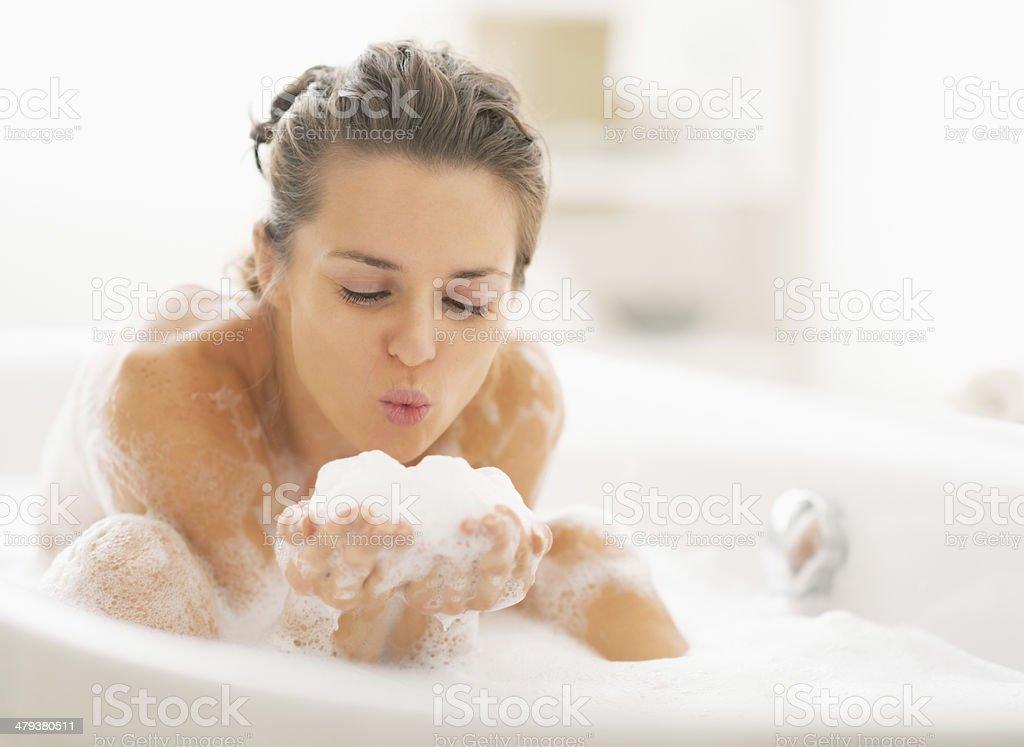 Junge Frau spielt mit Schaum in der Badewanne – Foto