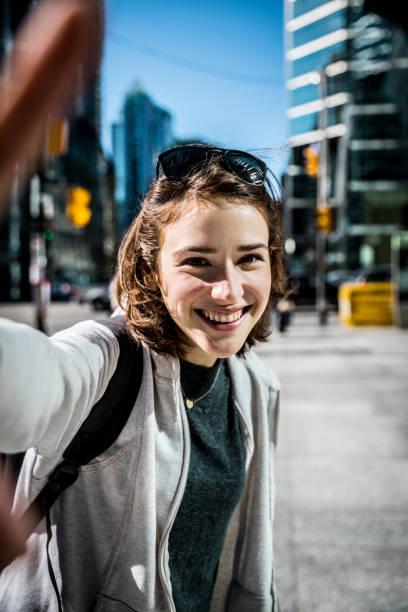 portrait de jeune femme au centre-ville de toronto - selfie photos et images de collection