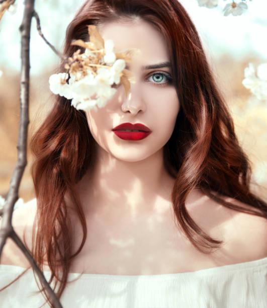 Retrato de mujer joven en la naturaleza - foto de stock
