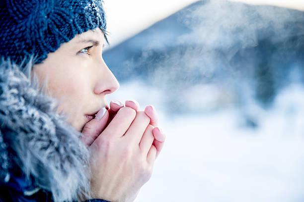한 젊은 여자 세로는 춥다 겨울맞이 일-연도 - 추운 온도 뉴스 사진 이미지