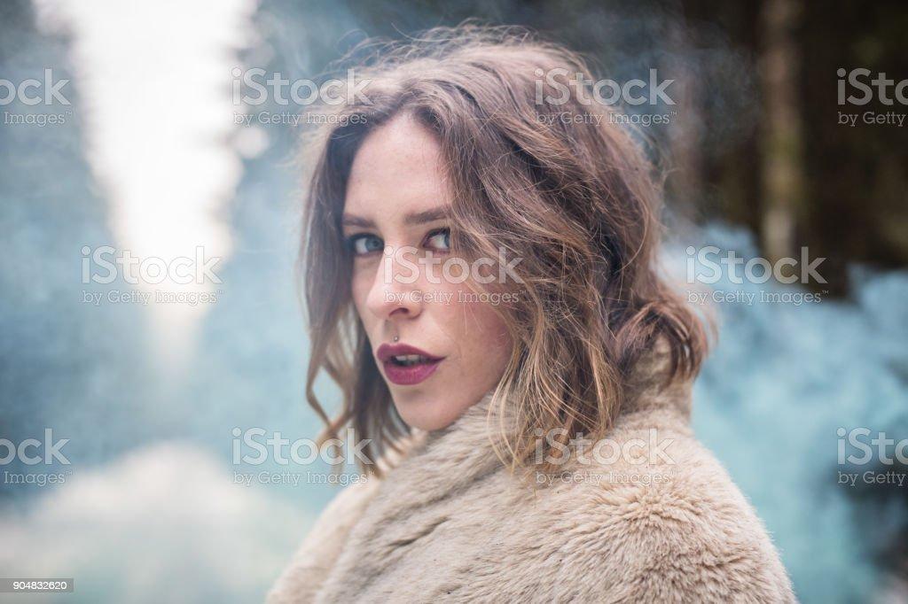 Retrato de joven al aire libre con bomba de humo verde - foto de stock