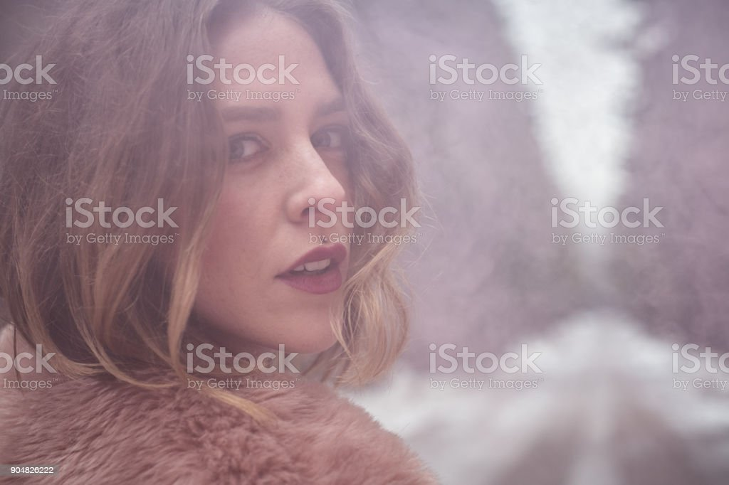 Retrato de joven al aire libre con bomba de humo rosa - foto de stock