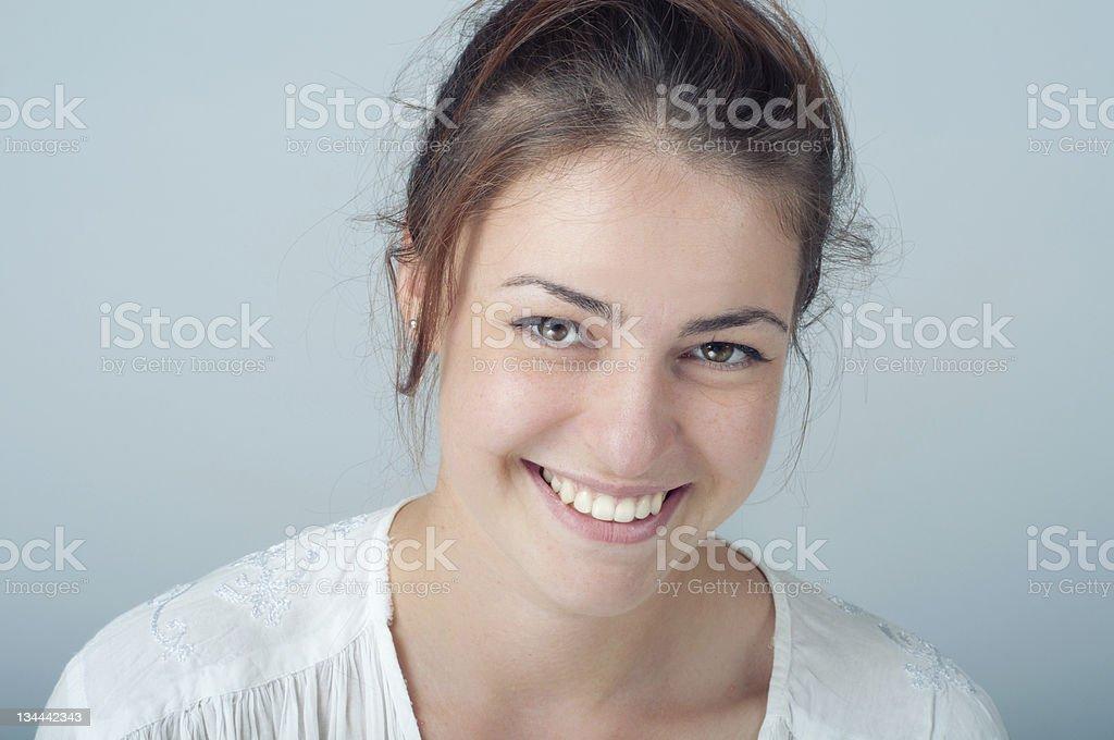 Junge Frau Porträt mit Offenes Lächeln Lizenzfreies stock-foto