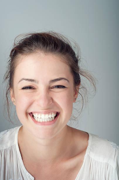 若い女性のポートレート、歯を見せて笑う ストックフォト