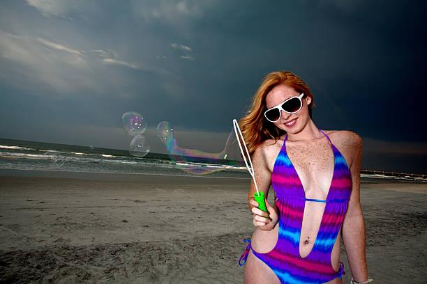 Junge Frau posieren und Spaß an einem Strand – Foto