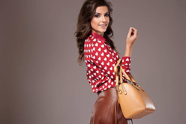 junge frau posieren in niedlichen heartshape hemd - leder handtaschen damen stock-fotos und bilder