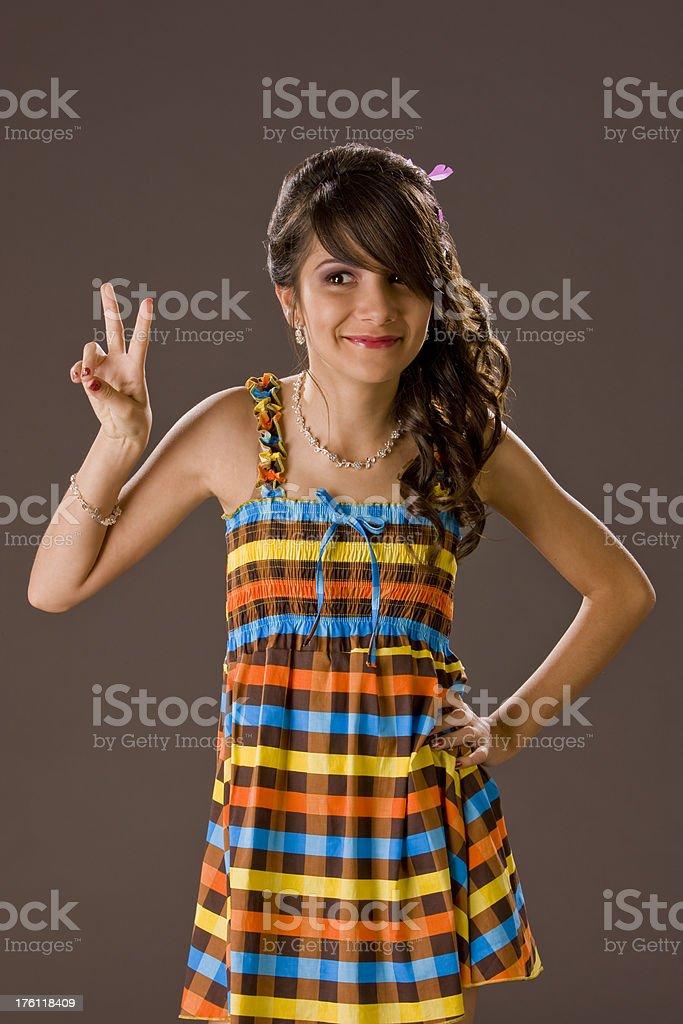Giovane donna in posa in studio - foto stock