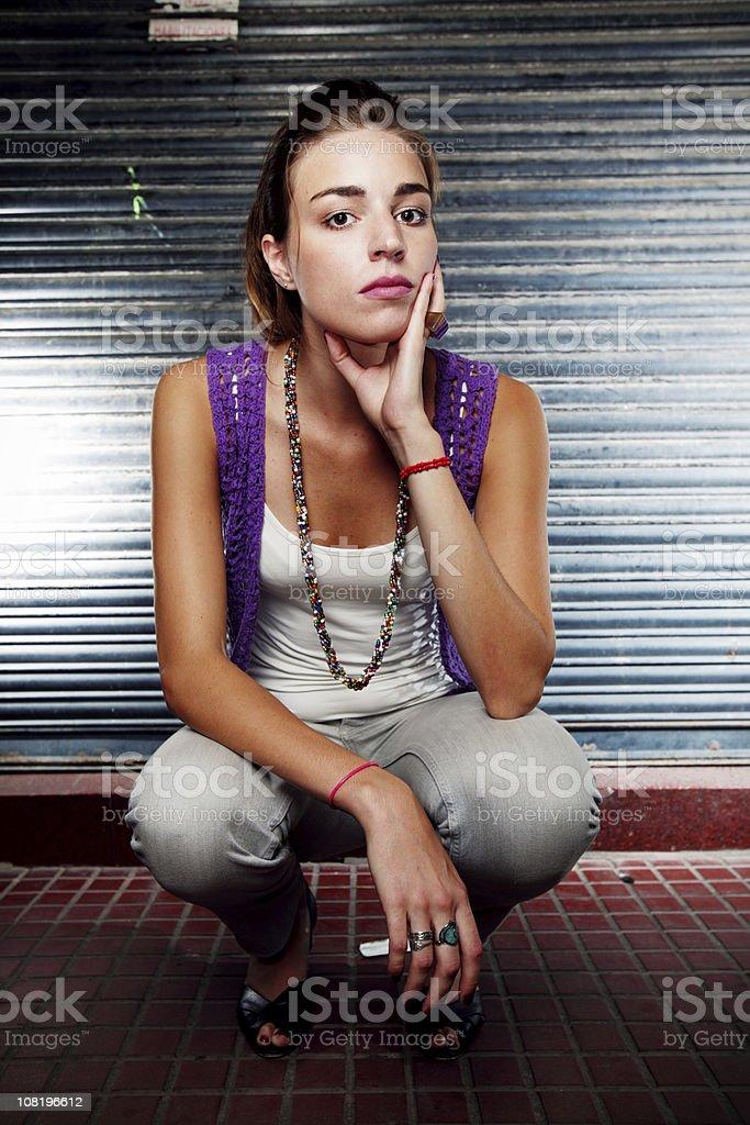 Junge Frau posieren in urbaner Umgebung – Foto