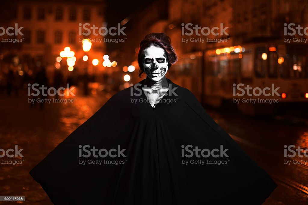 Young woman posing on the street in black costume with – Foto